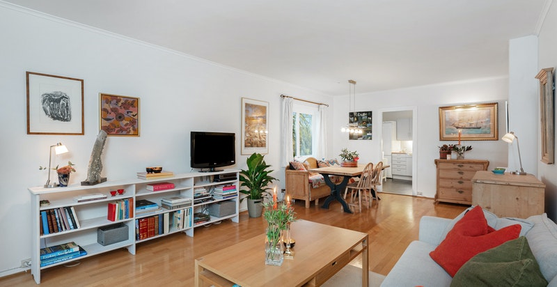 Stuen er lett å møblere pga. de store veggflatene