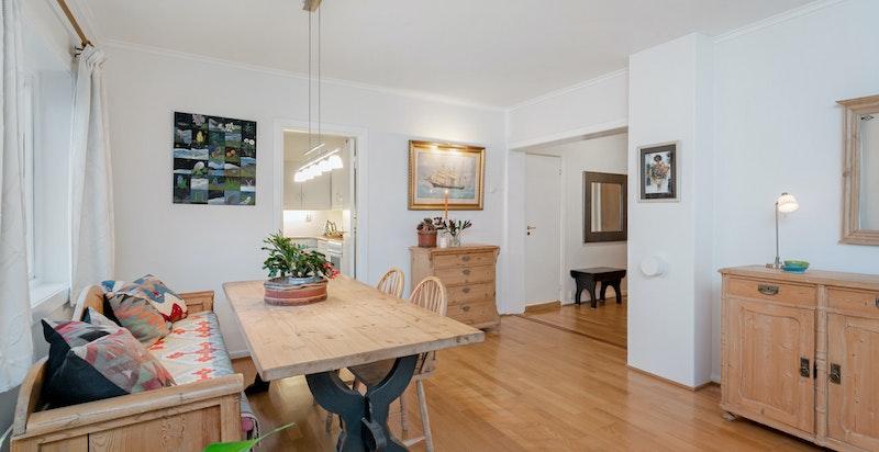 Flere tilsvarende leiligheter har blitt ombygget til 3-roms ved å flytte kjøkken inn i stuen