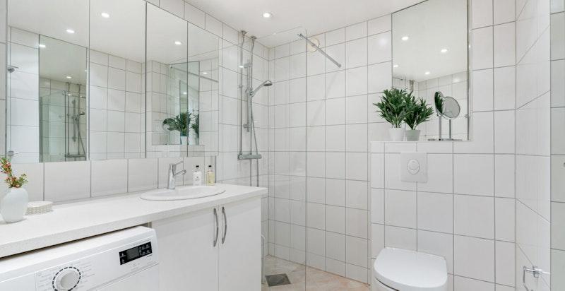 Badet ble fornyet og utvidet i 2013, og er innredet med dusj m/glassvegg, vegghengt toalett, servantskap og stort speilskap