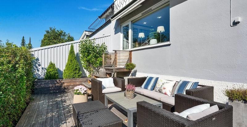 På terrassen er det plass til sofagruppe såvel som spisebord