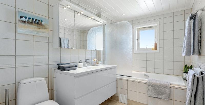 Flislagt familiebad med badekar