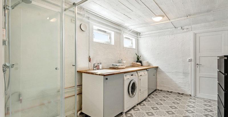 Meget praktisk med lang benk med vask og innredning