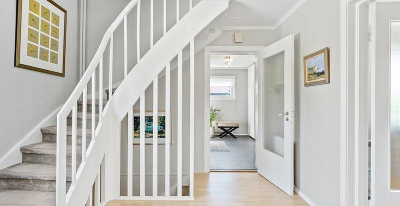 Hall med trapp både opp til soveromsetasjen og ned til kjelleretasjen