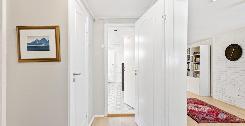 Kjelleretasjen har romslig stue med dør til gårdsplass, gjestetoalett, stort vaskerom/dusjbad og bod