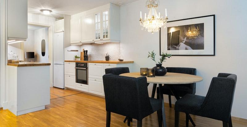 Det er god spiseplass til 4-6 personer på kjøkkenet.