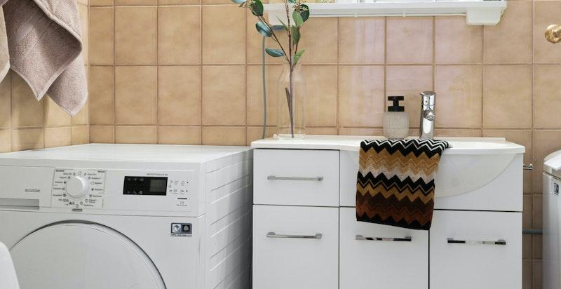 Dersom du ikke ønsker å ha vaskemaskin på baderommet så er det et velfungerende fellesvaskeri i kjelleren.