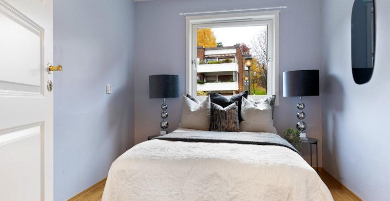 Det er også plass til garderober på soverom II. I tillegg til dette er det raust med lagringsplass i leilighetens to tilhørende boder.