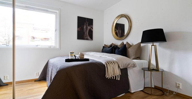 Hovedsoverommet har en god størrelse og har god plass til 180 cm dobbeltseng og garderober for oppbevaring.