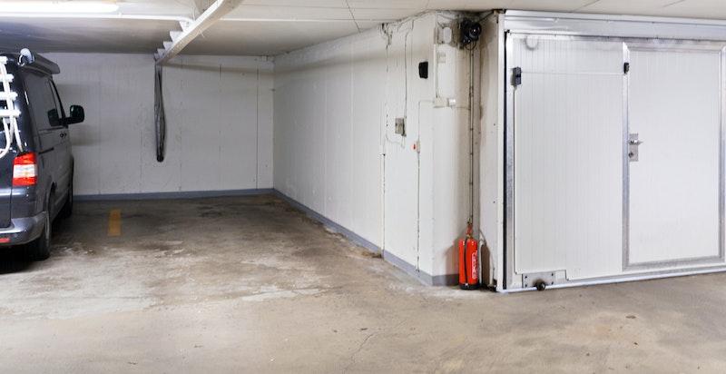 Leiligheten eier og disponerer en garasjeplass i kjelleren. Her er det plass til en stor bil og det er mulighet for å montere opp ladeboks.