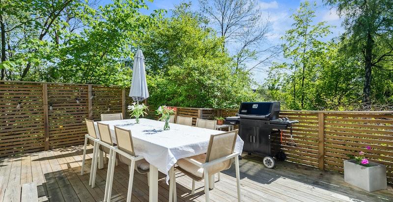 Terrassen ligger syd/sydvestvendt og har fantastiske solforhold