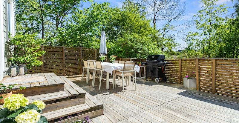 Fra stuen er det utgang til stor solrik terrasseplatting (ny i 2018) og videre til den store hagen
