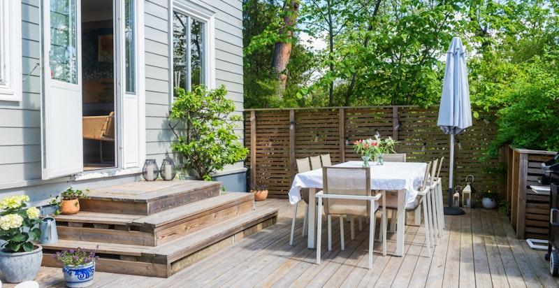 Stor og solrik terrasse rett utenfor stuen