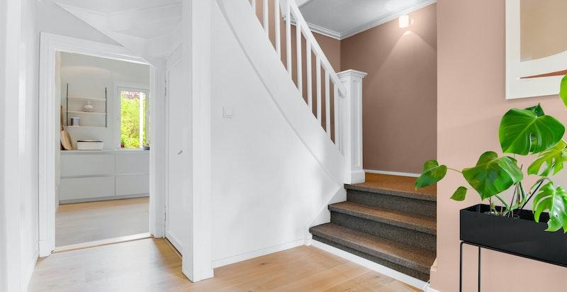 Dekorativ og klassisk teppelagt trapp opp til huset 2. etg.