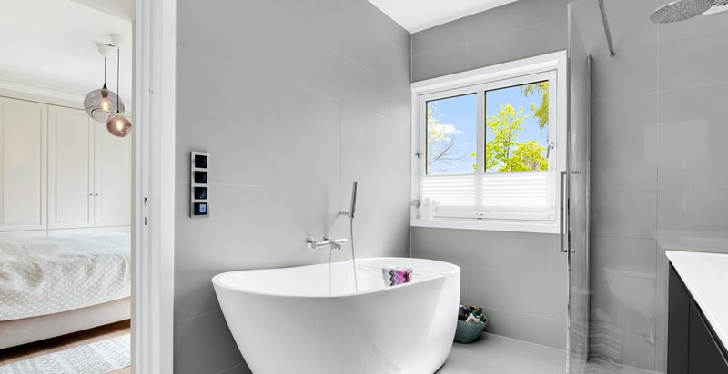 Stort og pent bad/wc med direkte adkomst fra hovedsoverom