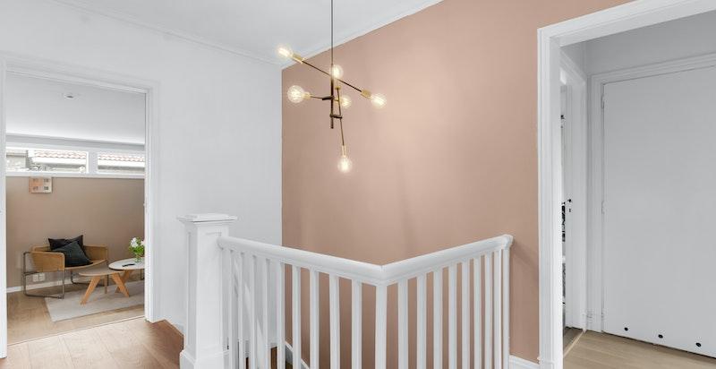 Trappehall med adkomst til 4 soverom (inkl hovedsoverom med master bad), bad, stue og innvendig bod