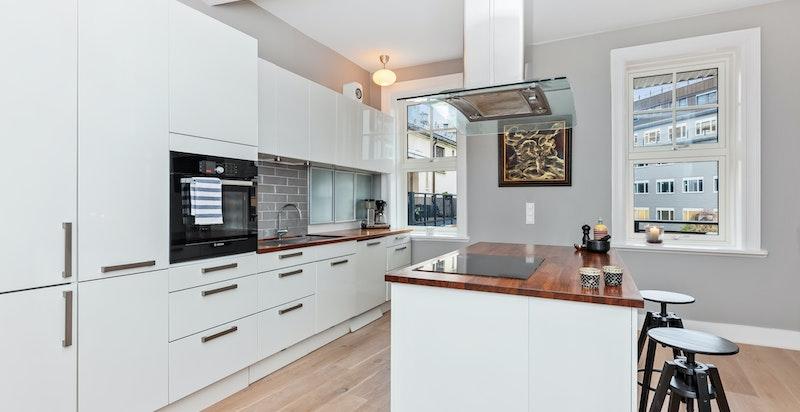 Moderne kjøkken fra HTH med integrerte hvitevarer og kjøkkenøy
