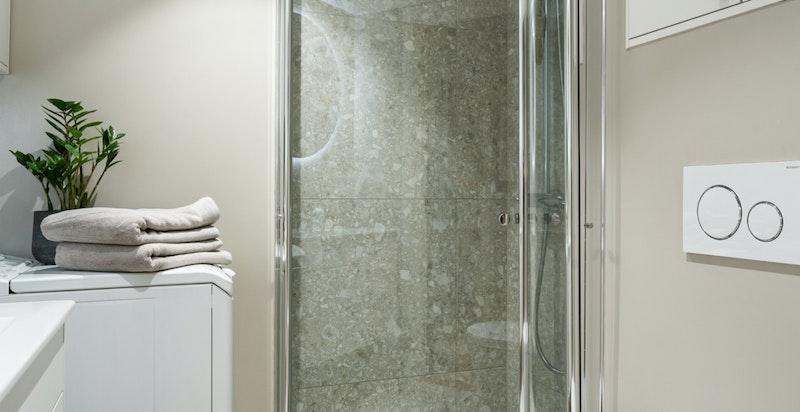 Det er gjennomførte og gode materialvalg på hele baderommet.