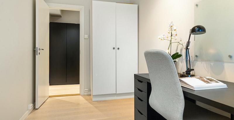 Det er også rikelig med garderobeplass for oppbevaring her. Det er også plass til dobbeltseng på dette rommet om det er behov for å benytte det som soverom.
