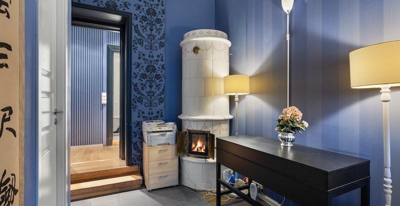 Hyggelig rom med kakkelovn- det er nye stålrør i pipene i gården og ovnen fungerer bra