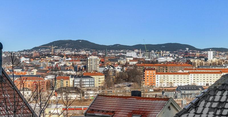 Hyggelig utsikt over byen fra både stue, kjøkken og balkong