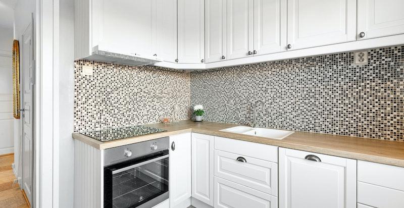Moderne kjøkkeninnredning montert i 2016 med godt med skapplass og matlagingsplass