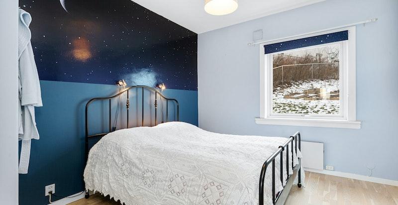 Hovedsoverom av god størrelse. God plass for stor seng og god plass for skap/garderobe