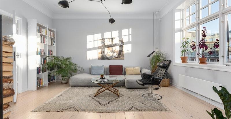 God plass til stor sofagruppe med tilhørende møblement.
