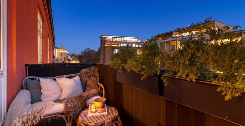 Leiligheten har to balkonger. Denne balkongen vender mot sydøst.