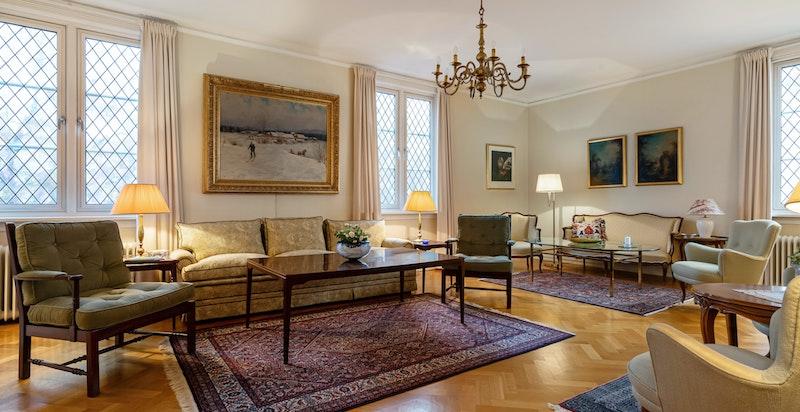 Stor og romslig stue med god takhøyde og store vindusflater.