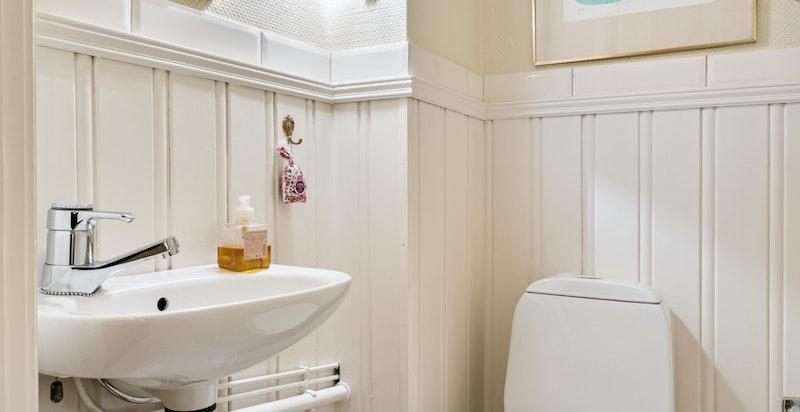 I gangen ligger det et separat toalett. Her antas det at man ved å flytte veggen klarer å bygge et fullverdig baderom II om dette er ønskelig.