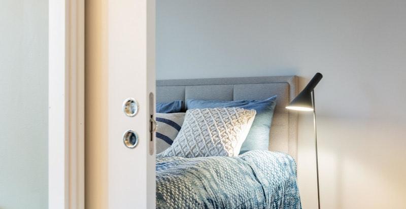 Det er to innganger på soverommet som gjør det enkelt å møblere.