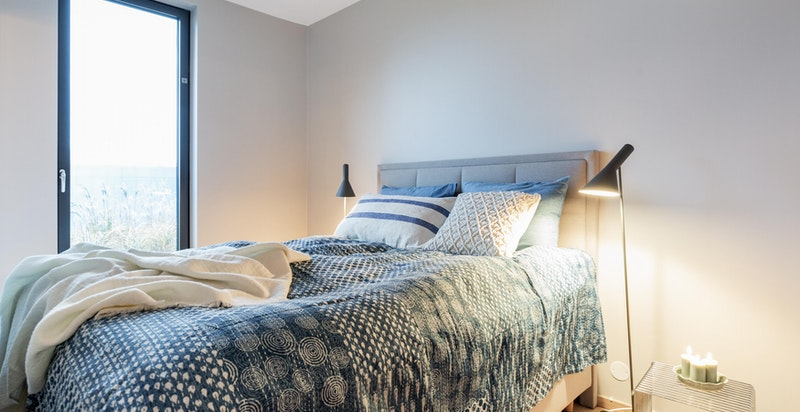 Soverommet er av god størrelse med plass til dobbeltseng, tilhørende nattbord og garderobe.