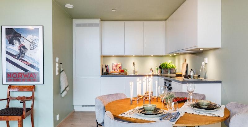 Moderne kjøkken fra Sigdal med hvite og tidløse fronter samt laminatbenkeplate i mørk grå kvarts.
