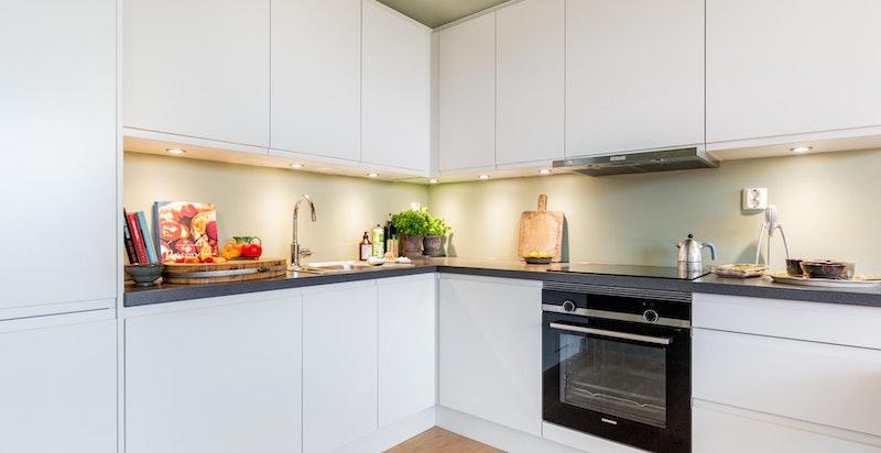 Kjøkkenet er utstyrt med integrerte hvitevarer fra Siemens som består av komfyr og platetopp, kjøleskap og oppvaskmaskin.