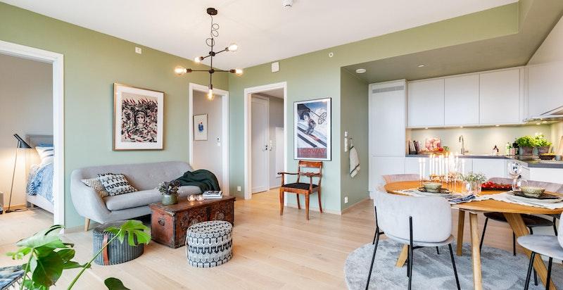 God plass til sofagruppe, tv-seksjon og øvrig møblement i stuen, samt naturlig plass til spisebord i tilknytning til kjøkkenet.