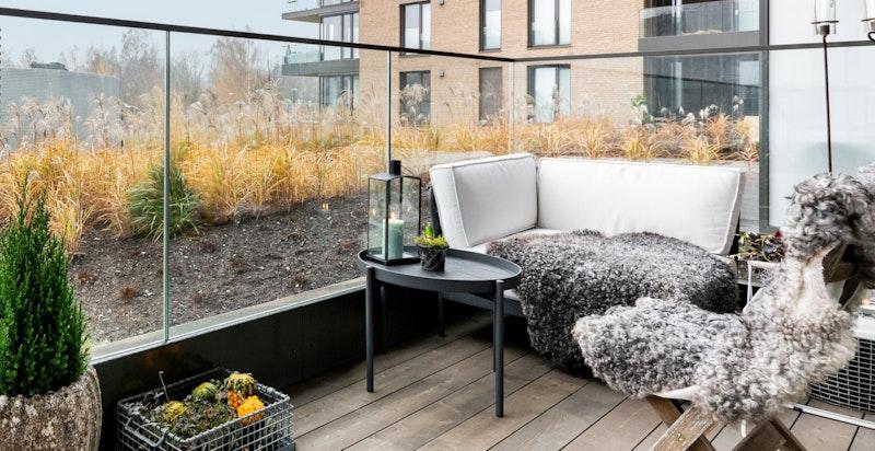 På balkongen er det plass til utemøbler, beplantning og grill.