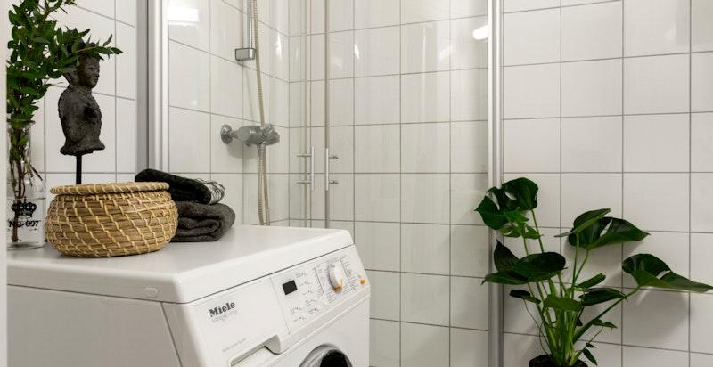 Det er opplegg for vaskemaskon på baderommet.