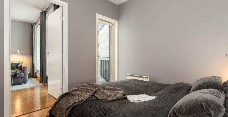 Soverommet er stort - lyst og luftig.