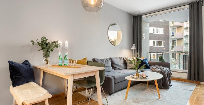 I leiligheten er det god plass til både spisebord og sofagruppe.