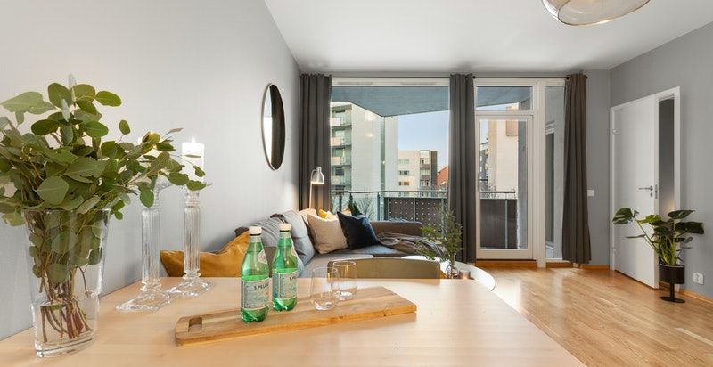I leiligheten er det god plass til stort spisebord.