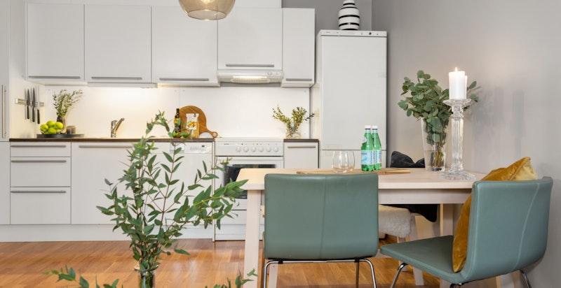 Hyggelig spiseplass på kjøkkenet som også kan benyttes som hjemmekontor.