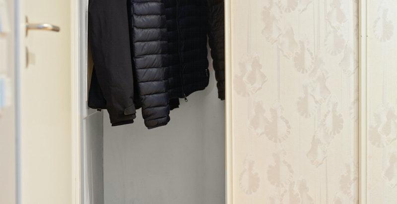 I gangen er det et stort garderobeskap.