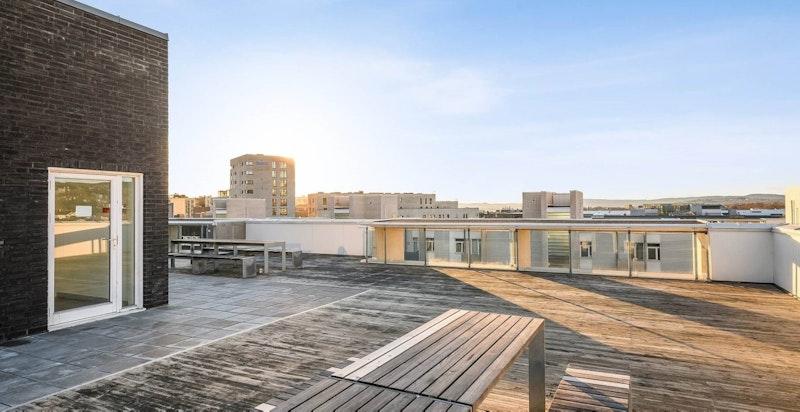 På felles takterrasse kan man nyte utsikten og solen fra morgen til kveld.