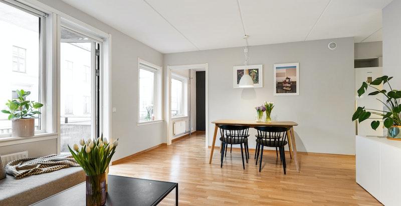 Romslig stue med god plas stil spisebord og sofakrok