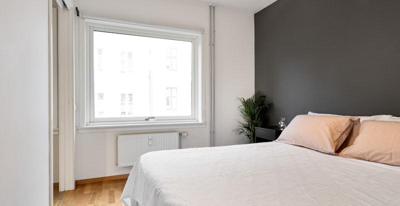 Soverom med god plass til dobbeltseng og garderobeskap.