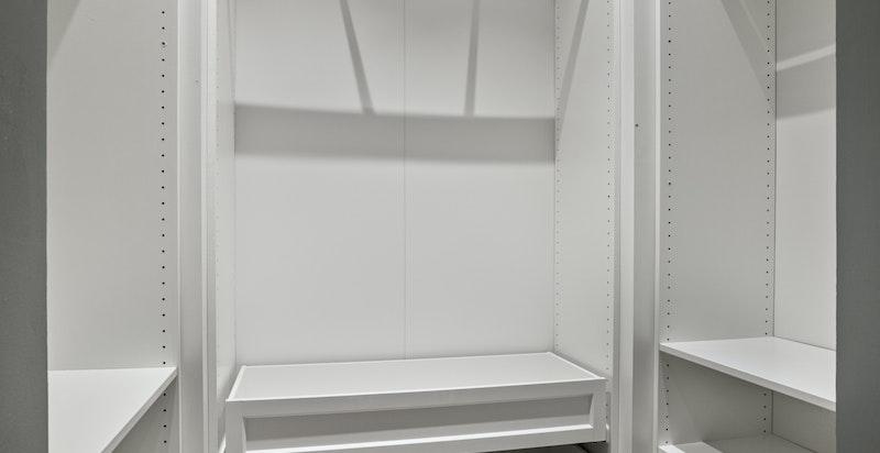 Praktisk walk-in garderobe med innredning i tilnytning til hovedsoverommet