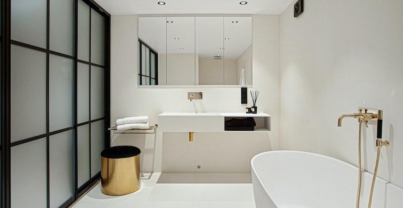 Boligens andre bad ligger i kjelleretasjen.