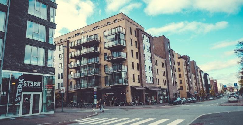 Prosjektet ligger inn mot hovedgaten - Lørenveien. 2 min. unna ligger Løren Torv med alt av butikker og servicetilbud.