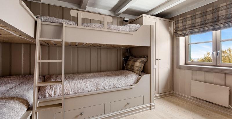 Soverom 2 med to plassbygde køyesenger