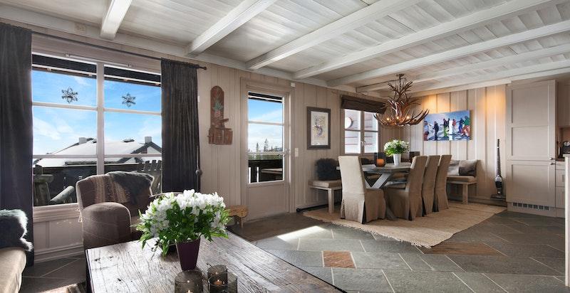 Stor og romslig stue med åpen kjøkkenløsning